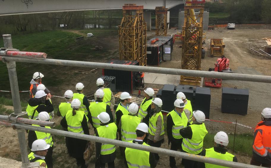 Saumur: les élus visitent le chantier du doublement du pont de l'Écluse